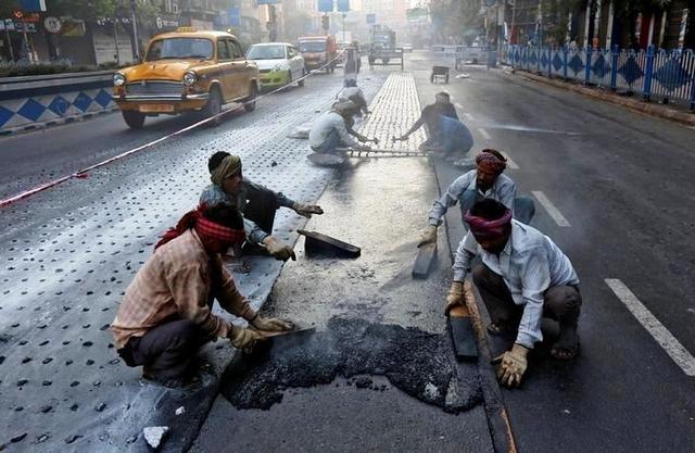Картинки по запросу дороги из пластиковых бутылок в индии