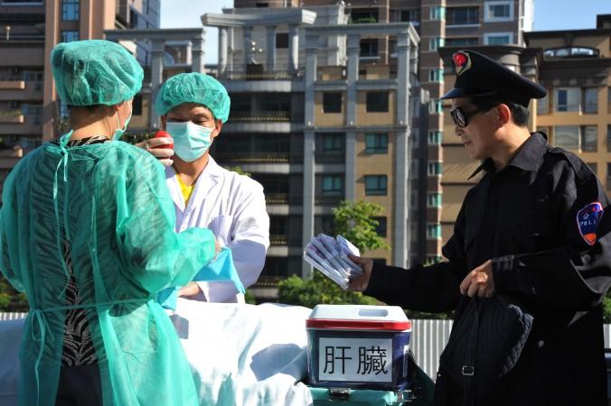 Инсценировка извлечения органов у живых последователей Фалуньгун во время правозащитной акции 13 сентября 2006 года в Токио, Япония. Мероприятие имело целью привлечь внимание к преступлениям, происходящим в китайских больницах, где вырезают органы у живых людей ради последующей продажи. Фото: Clearwisdom.net