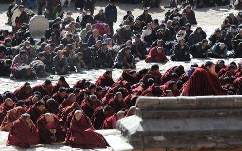 14 марта. Паломники в монастыре Лабранг. Фото: AFP