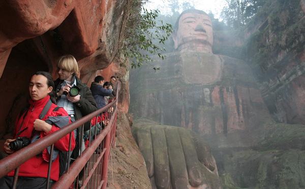 Самый большой Будда в мире: Узкая лестница спуска. Фото: ironromeo/Livejournal.com