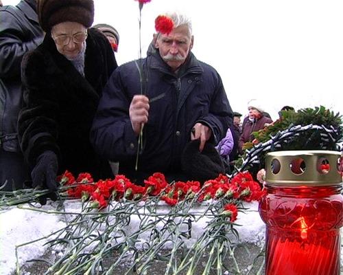 Возложение цветов к вечному огню 27 января 2008 года. Фото: Вячеслав Козлов