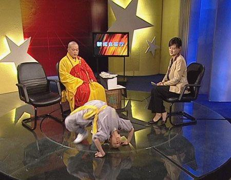 Монахи Шаолинь на съемках передачи одного из телеканалов. Неужели у Шаолиня кроме цирковой труппы не осталось больше ничего что они могли бы показать людям? Фото с сайта epochtimes.com