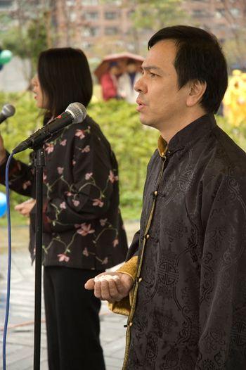 Последователи «Фалуньгун» исполнили песни «Фалунь Дафа несёт добро» и «Пришёл ради тебя». Фото: Ван Женцзюнь/Великая Эпоха