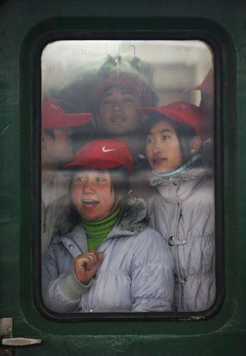Щасливі пасажири, яким вдалося сісти в поїзд, їдуть додому зустрічати Новий рік. Фото: China Photos/Getty Images