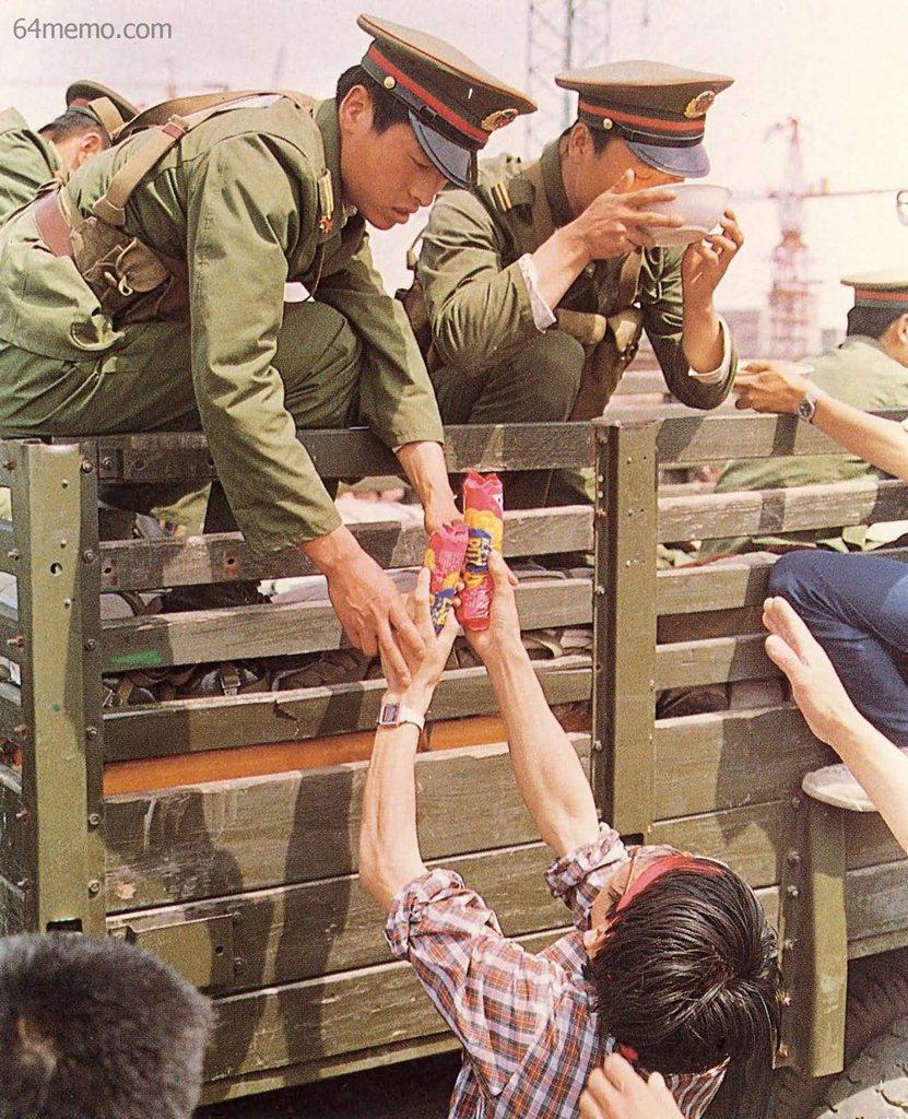 21 мая 1989 г. Студенты приносят еду солдатам, машины которых горожане не пускают к центральной площади. Фото: 64memo.com