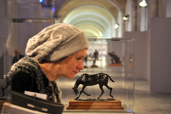 Жінка розглядає скульптуру Едгара Дега на Великому скульптурному салоні в Києві 17 лютого 2011 року. Фото: Володимир Бородін / The Epoch Times Україна