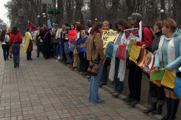 Украинцы обеспокоенные происходящими беспорядками в Тибете, провели акцию со свечами напротив посольства КНР в Киеве. Фото предоставлено НДТТВ