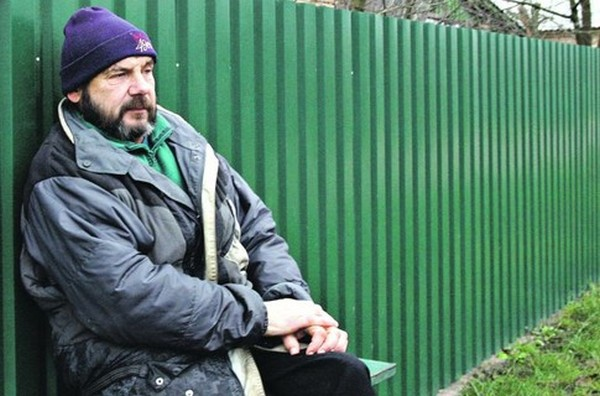 Сергій Подгорний сидить біля хати. Фото: В. Абрамов/segodnya.ua