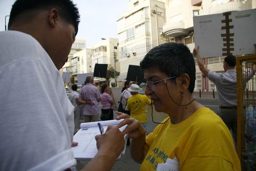 Збір підписів під петицією 'Мільйон підписів' 2008. Про припинення переслідування Фалуньгун китайським комуністичним режимом напередодні Олімпіади 2008 року в Пекіні. Фото: Тіква Махабад/Тhe Epoch Times