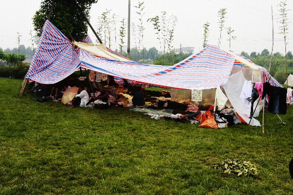 17 мая, г.Меньян провинции Сычуань. Многочисленные беженцы из пострадавших районов живут на стадионе, куда им подвозят гуманитарную помощь. Фото с aboluowang.com