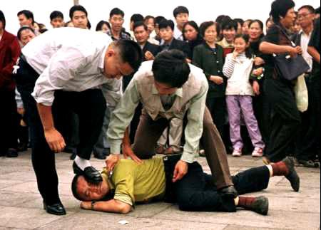 Знущання поліцейськими над послідовником Фалуньгун на центральній площі Пекіна Тяньаньмень. Фото: The Epoch Times