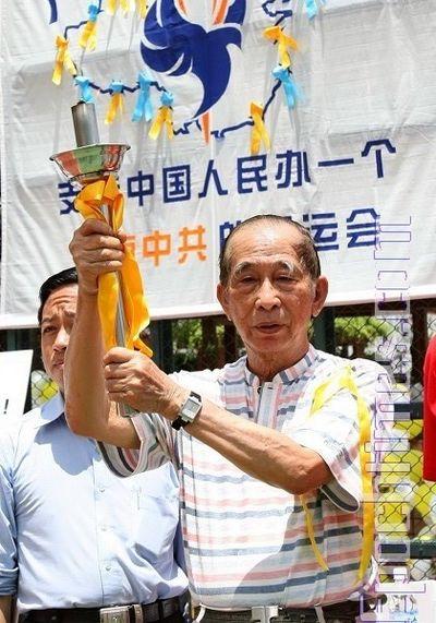 Сэ Тухуа стал первым факелоносцем. 20 июля. Гонконг. Фото: Ли Мин/ The Epoch Times
