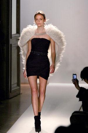 Кристоф Декарнен (Christophe Decarnin) для Дома моды Balmain, коллекция ready-to-wear осень-зима 2007/2008. Фото: FRANCOIS GUILLOT/AFP/Getty Images