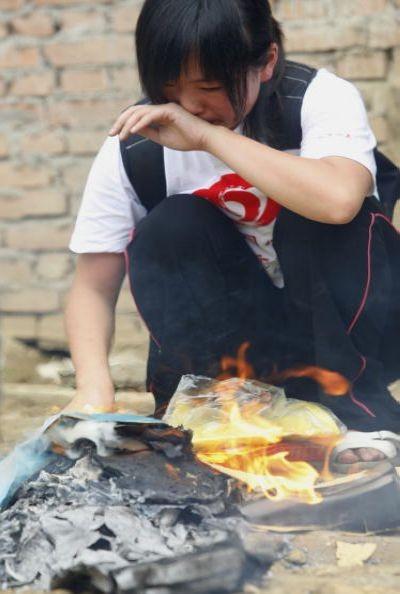 Жители пострадавших районов провинции Сычуань через 2 месяца после землетрясения. Фото: Guang Niu/Getty Images