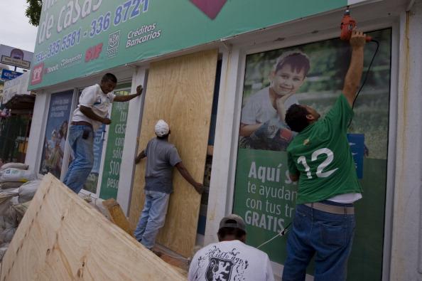 Работники закрывают окна магазинов и жилых домов в связи с приближением урагана «Джови», г. Мансанильо, Мексика. Фото: ALFREDO ESTRELLA/AFP/Getty Images