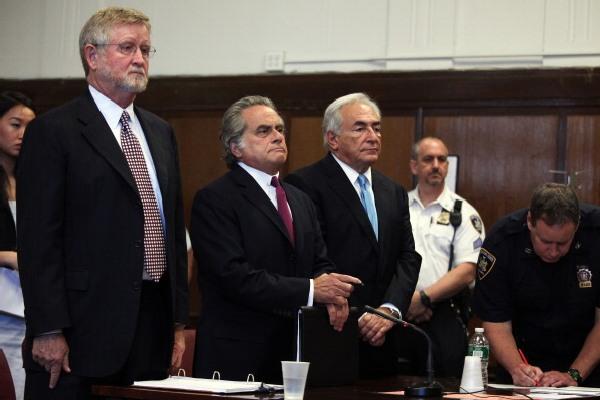 Екс-глава Міжнародного валютного фонду Домінік Стросс-Кан зі своїми адвокатами в Манхеттенському Верховному суді штату Нью-Йорк 1 липня 2011 року. Фото: Todd Heisler-Pool / Getty Images