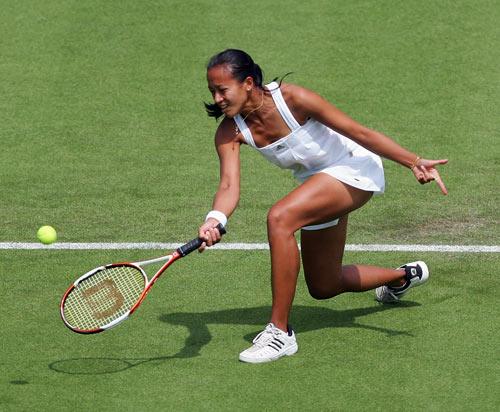 Англійка Енн Котевон (Anne Keothavong) відбиває м'яч англійки Олени Балтачі (Elena Baltacha) у ході жіночого турніру International Women's Open. Фото: Julian Finney/Getty Images