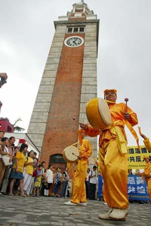 Виступ загону китайських барабанщиків по завершенню ходи, який зацікавив безліч гонконгців. Фото: У Лянь Ю/Велика Епоха