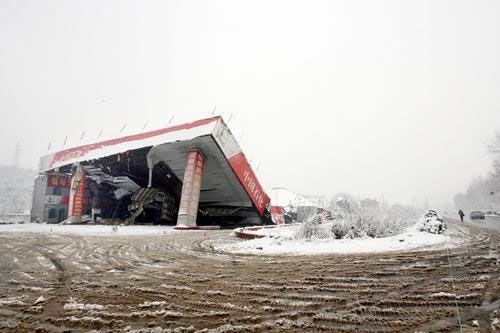У м. Ухань від снігу обвалився навіс заправної станції. Фото: з сайту epochtimes.com