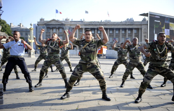 В день ежегодного празднования Дня взятия Бастилии Президент Франции Николя Саркози показал почетным иностранным гостям и военным чиновникам, а также жителям страны и туристам боевую мощь Франции на площади Согласия 14 июля 2011 года. Фото: Getty Images