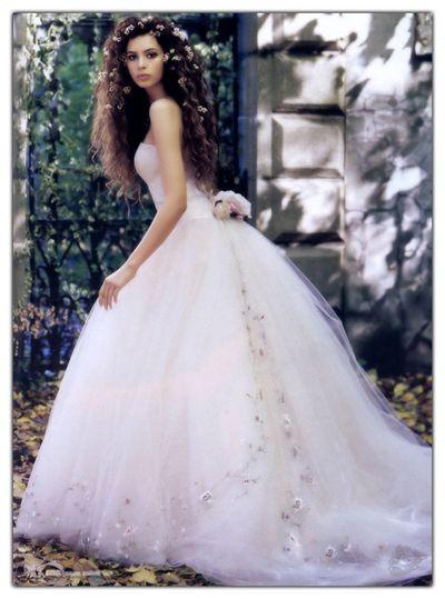 Классические свадебные платья Lazaro. Фото: Lazaro