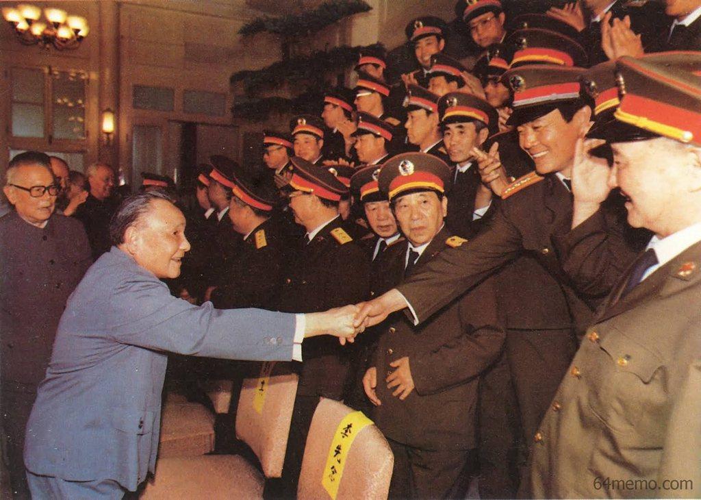 8 июня 1989 г. Дэн Сяопин благодарит начальников воинских подразделений, участвовавших в кровавом подавлении, за успешно проделанную работу. Фото: 64memo.com