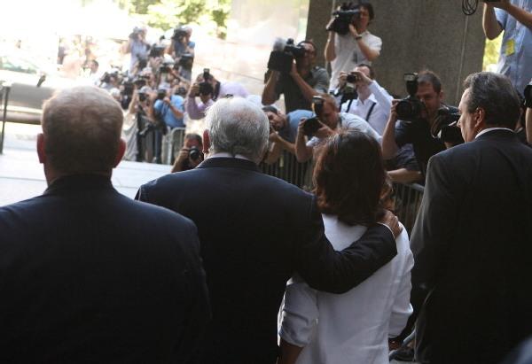 Экс-глава Международного валютного фонда Доминик Стросс-Кан и его жена Энн Синклер вышли из Верховного суда штата Нью-Йорк 1 июля 2011 года. Стросс-Кана освободили из под домашнего ареста. Don Emmert / Getty Images