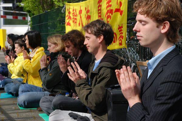 Голландия. Акция, посвященная девятилетию со дня «инцидента 25 апреля». Фото с minghui.ca