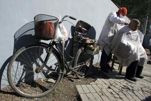 7 березня, 2007 р. Перукар на вулиці Пекіна. Фото: Тень Енкунь/AFP/Getty Images