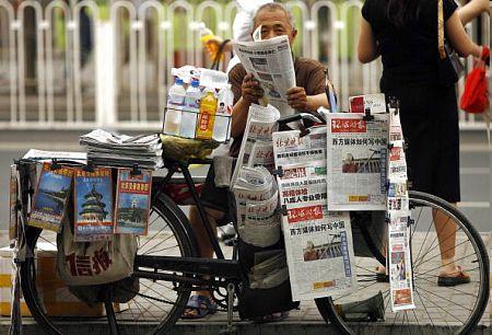 Пекинский продавец газет. Фото: PETER PARKS/AFP/Getty Images
