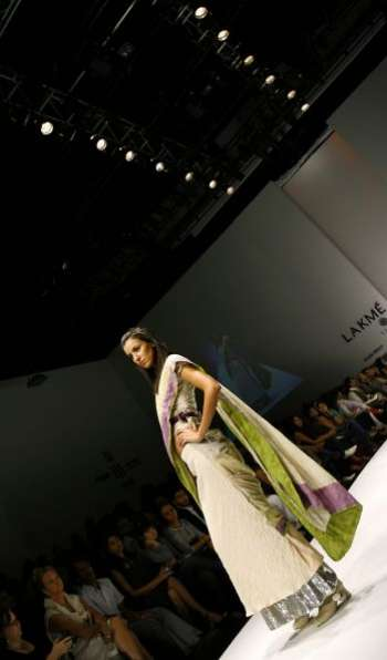 Неделя моды Lakme Fashion Week в Мумбай (Индия), на которой представили свои коллекции 54 модельера со всей Индии и Пакистана. Фото: AFP PHOTO/PAL PILLAI