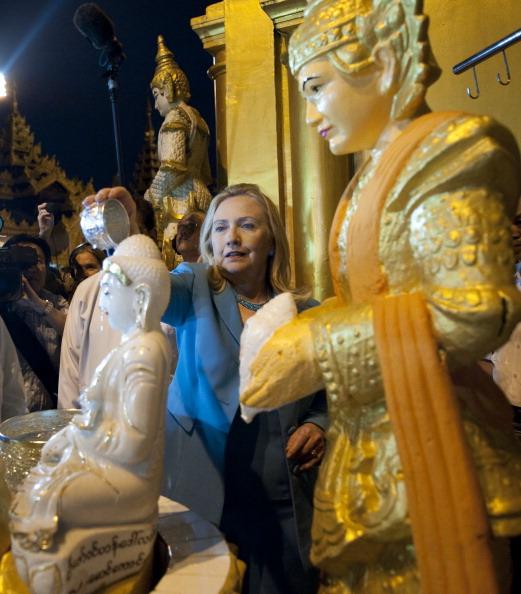 Госсекретарь США Хиллари Клинтон льет воду на статую Будды в буддийском храме Шведагон в Янгоне. Мьянма, 1 декабря 2011 года. Фото: Saul Loeb/Getty Images