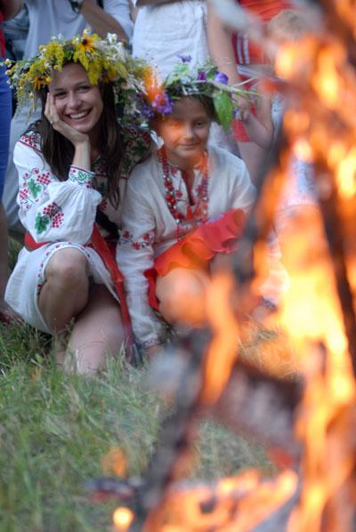 Очищение огнем играет важную роль на празднике. Фото: Владимир Бородин/The Epoch Times