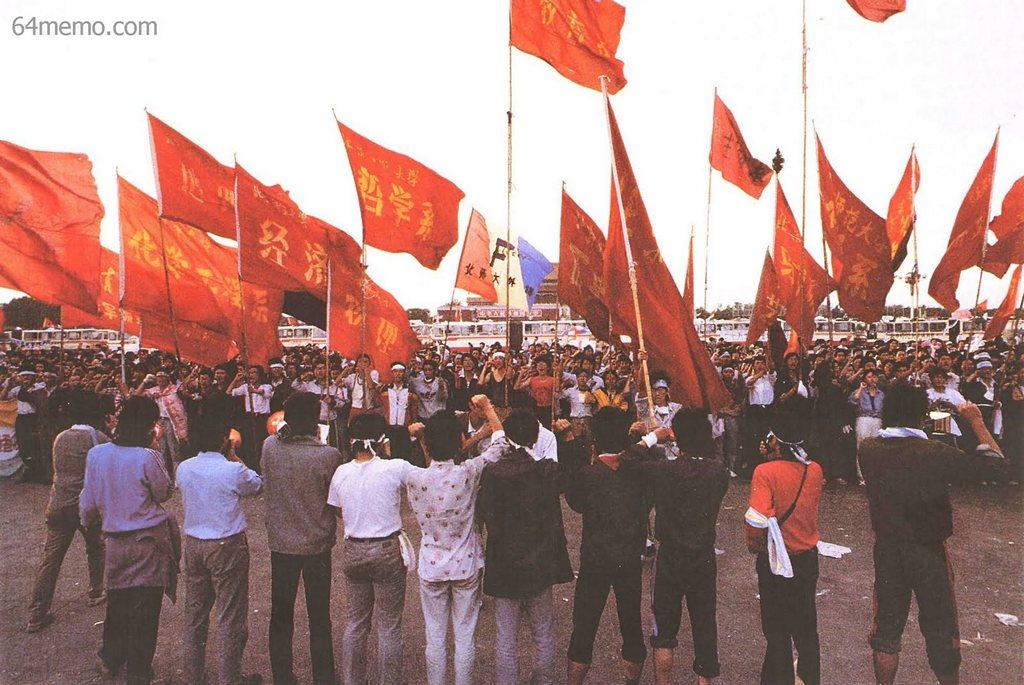 20 травня 1989 р. Почувши наказ уряду про введення військового стану, студенти присягнулися ціною життя відстоювати свої позиції на площі Тяньаньмень. Фото: 64memo.com