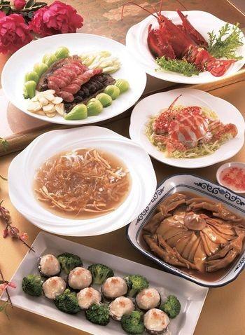 Комплексна страва до Нового року. Салат з різного тушкованого м'яса, смажений абалон, краб по-корейськи, варені раки, смажена спіральна (одностулкова) раковина з м'ясом (гусяча лапа), десерт. Фото з epochtimes.com