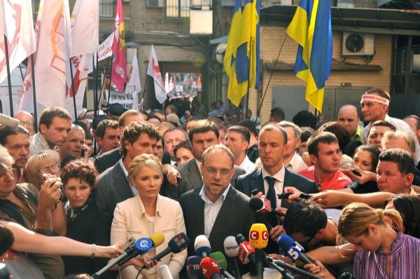 Юлия Тимошенко и её защита отвечают на вопросы СМИ перед заседанием суда в Киеве 24 июня 2011 года. Фото: Владимир Бородин/The Epoch Times Украина