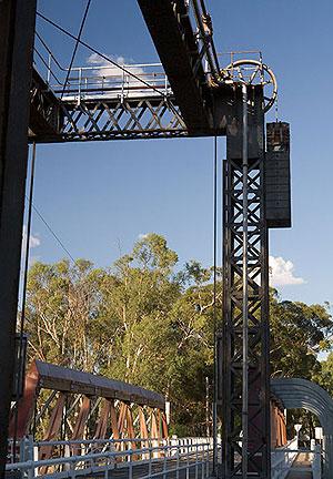 Это единственный в городе мост на другой берег. Он разводной: вся средняя секция у него поднимается горизонтально, чтобы пропустить суда.  По крайней мере, так было раньше. Фото: Сергей Ханцис