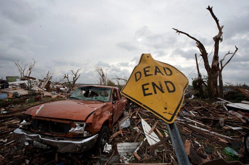 Поврежденный дорожный знак с надписью «Тупик». Фото: Julie Denesha/Getty Images