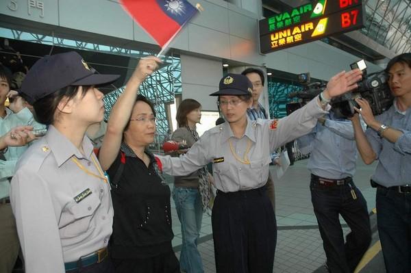 Бывшего депутата уезда Таоюань У Баоюй попросили выйти из аэропорта, в который должен прилететь Чень Юйлинь, так как у неё в руках был тайваньский флаг. Фото: ЦАН