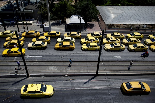 В Греції тисячи гречеських таксистів заблокувала під'їзні дороги для туристів.Фото: Angelos Tzortzinis/Getty Images