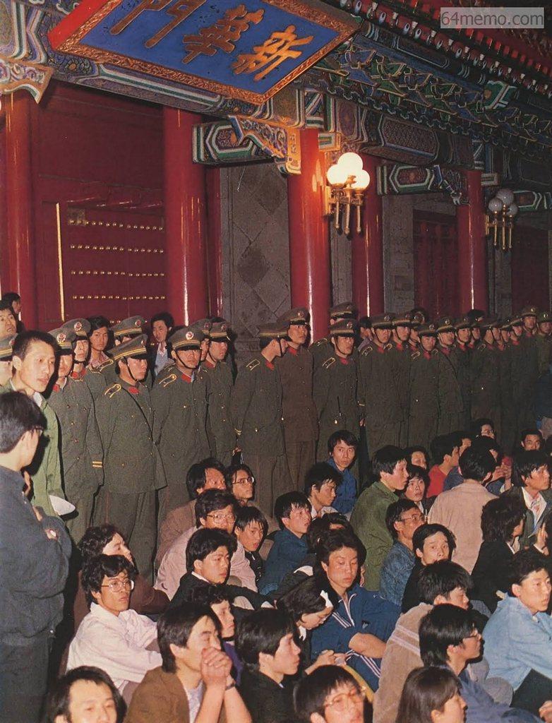 19 апреля 1989 г. Студенты напротив резиденции правительства Чжуннанхай выражают протест в форме мирного сидения. Вокруг них живой стеной стоят солдаты и полицейские. В тот вечер всех демонстрантов разогнали силой. Фото: 64memo.com