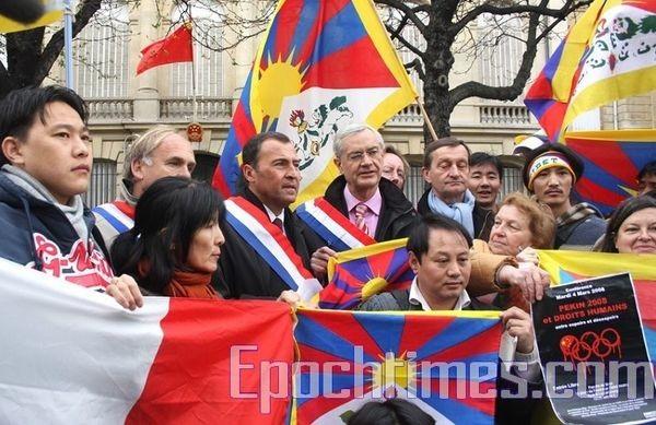 Французские парламентарии вместе с тибетцами напротив китайского посольства во время акции протеста. Фото: Чжан Лэ/ The Epoch Times