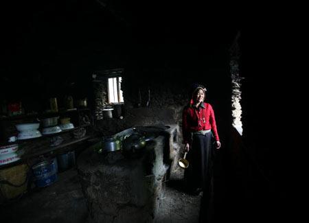 Жінка готує їжу в традиційному тибетському будинку. Фото: China photos/ Getty image