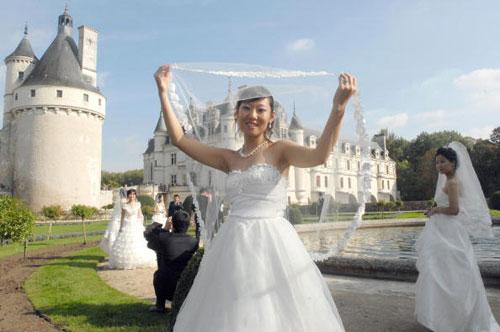 Сорок китайских свадебных пар, которые недавно поженились в Китае, посетили Центральную Францию. Фото: ALAIN JOCARD/AFP/Getty Images