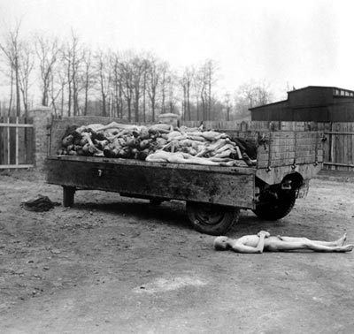 Концлагерь Мулхаузен, расположенный в Линц (Австрия). Узников там заставляли работать на каменоломне и когда они полностью обессиливали и не могли работать, то их убивали. На фото перевозка трупов для захоронения после освобождения этого лагеря 12мая 1945