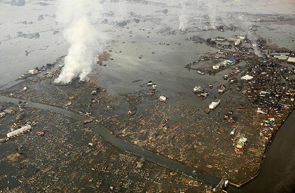 Поврежденный наводнением от цунами город Натори, префектура Мияги 12 марта 2011 года. (JIJI PRESS/AFP/Getty Images)