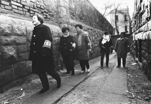 Дружинники из пенсионеров, патрулирующие улицы. Горд Циндао провинции Шаньдун. 1993 год. Фото: Wu Zhengzhong