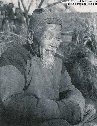 Пожилой крестьянин о чём-то размышляет. Фото с aboluowang.com