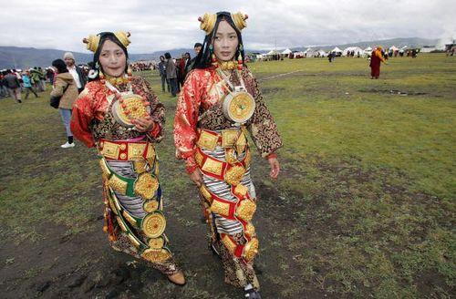 Праздничная и повседневная национальная одежда тибетцев. Фото: LIU JIN/AFP/Getty Images
