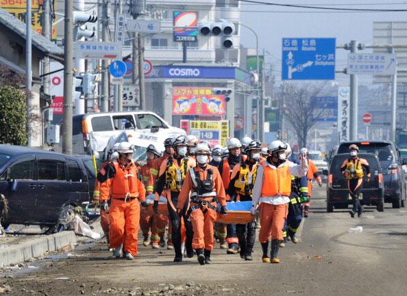 Бригада скорой помощи направляется в сторону спасательных операций для ликвидации последствий землетрясения и цунами в порту области Tagajo, префектуры Мияги, 13 марта 2011 года. ( TORU YAMANAKA/AFP/Getty Images)